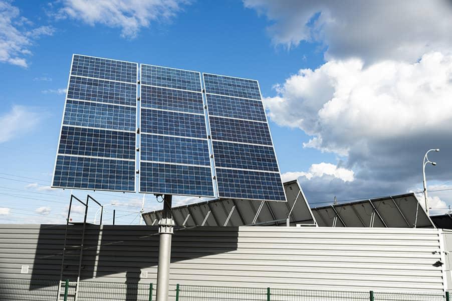 Se ahorra energía con una placa solar fotovoltaica